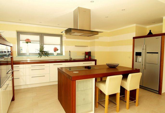 Die modern eingerichtete Küche mit allen wichtigen Küchengeräten