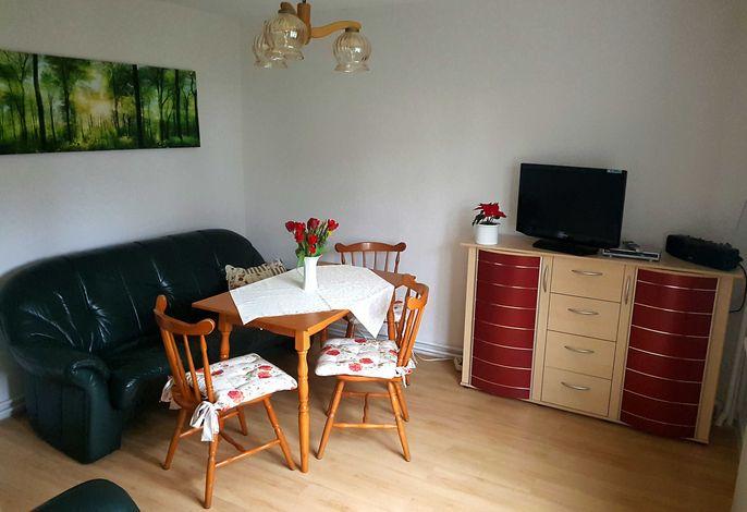 Helles, freundliches Wohnzimmer mit integrierter Single-Küche