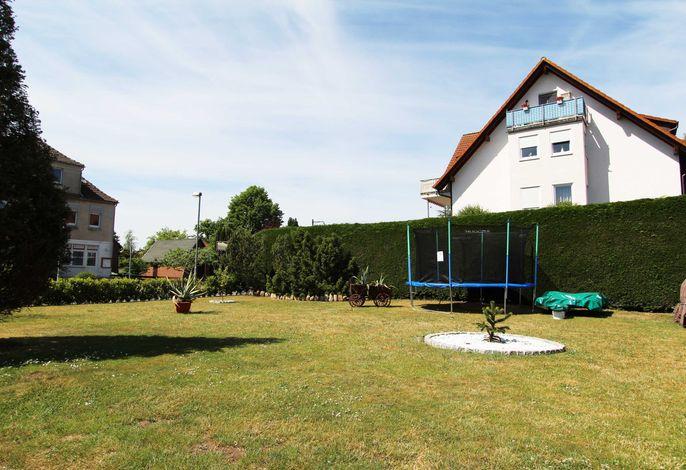 Ferienwohnung Iris - mit Sitzecke im Garten