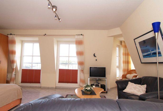 Das Wohnzimmer mit gemütlicher Sitzgarnitur