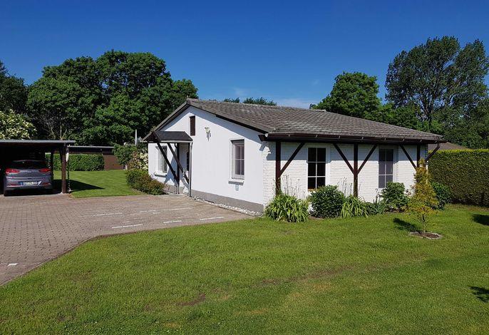 Ferienhaus Gartenidyll - überdachte Terrasse mit Gartenblick