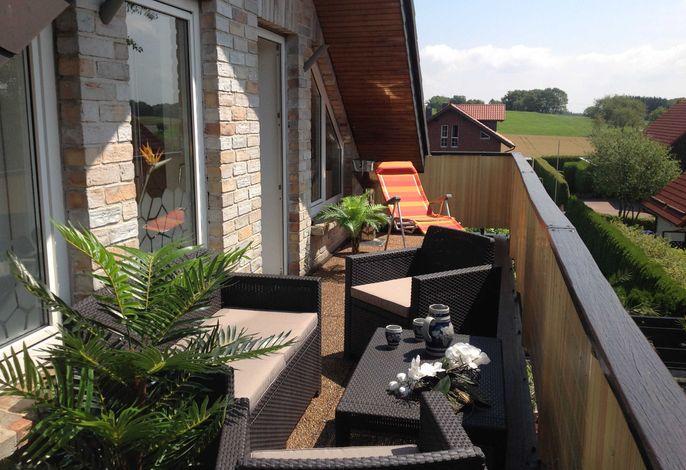 Balkon mit Sitzgruppe und Grillmöglichkeit