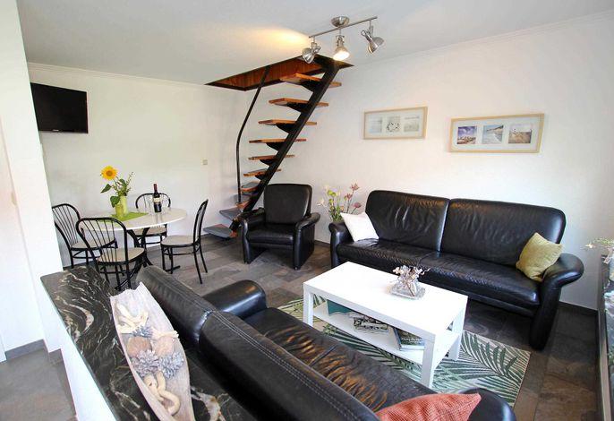 Wohnraum mit offener Treppe ins Obergeschoss