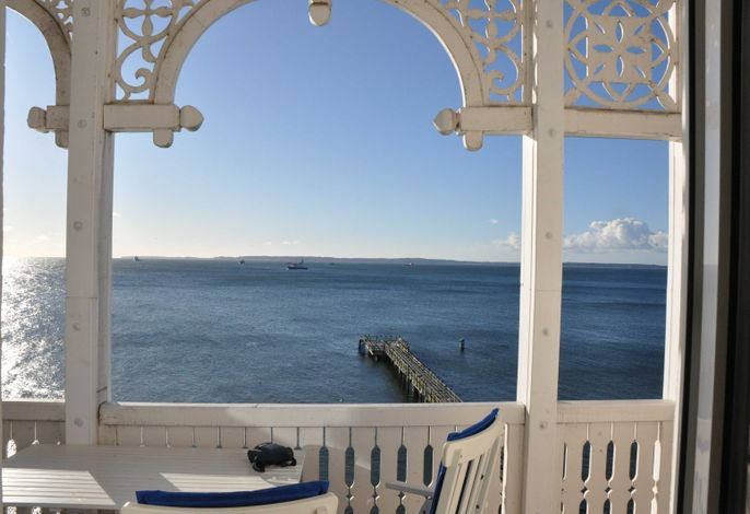 Sonniger Blick vom möbliertem Balkon
