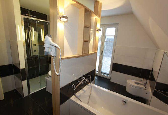 Badewanne und Dusch , Bidet und WC im OG
