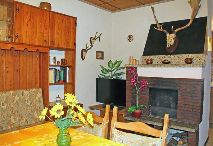 Wohnzimmer mit Flachbild-TV und Kamin