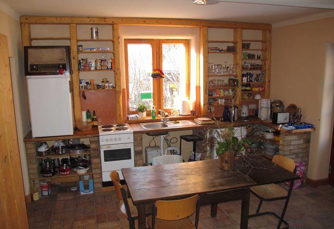 Die große Küche ist komplett ausgestattet.