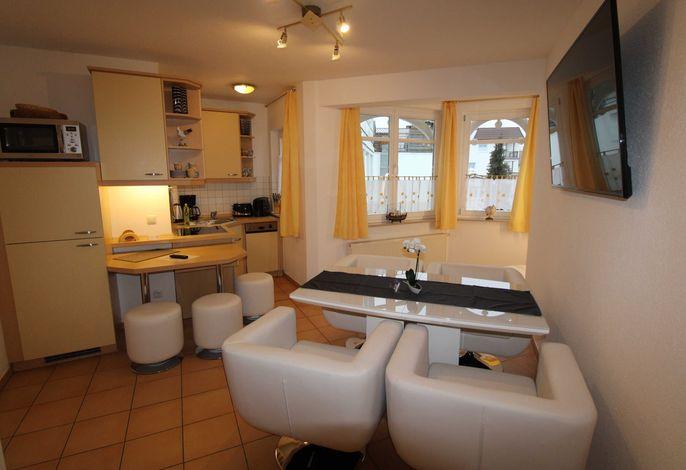 Küche mit offenem Wohnzimmer