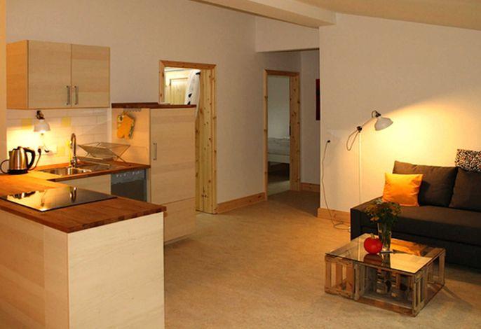 Wohnraum mit offner Küche und Sitzecke