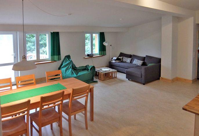 Wohnraum mit Esstisch und Sitzecke
