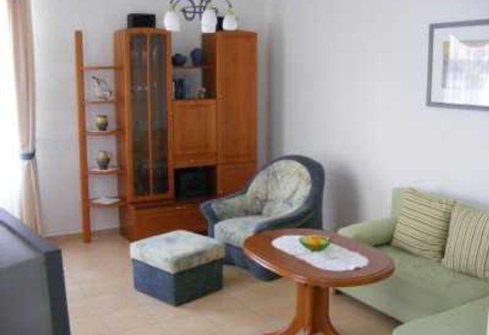 Wohnbereich mit Flachbildfernseher und Schlafsofa