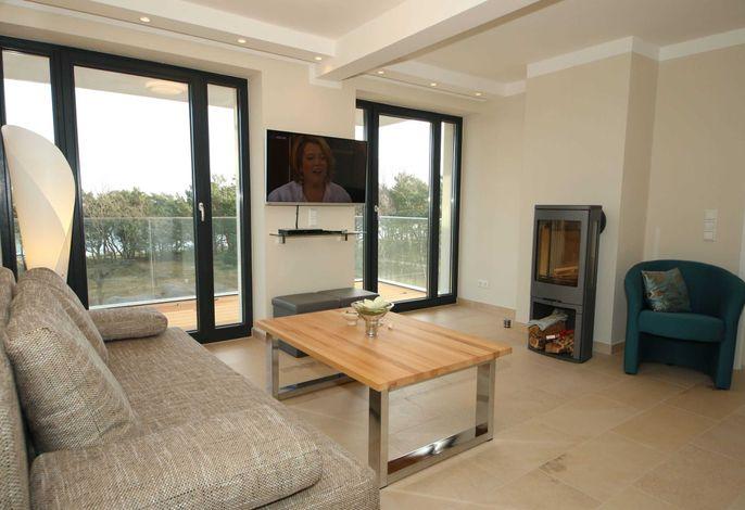 Wohnbereich mit TV-Gerät und Kamin
