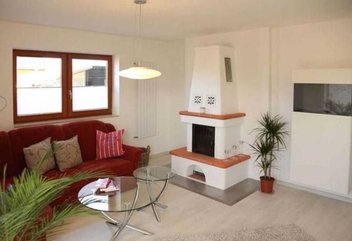 Modernes lichtdurchflutetes Wohnzimmer mit Zugang zur Außenterrasse