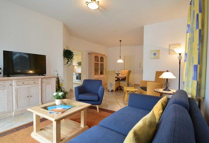Der Wohnbereich mit Couchgarnitur und Zugang zum möblierten Balkon