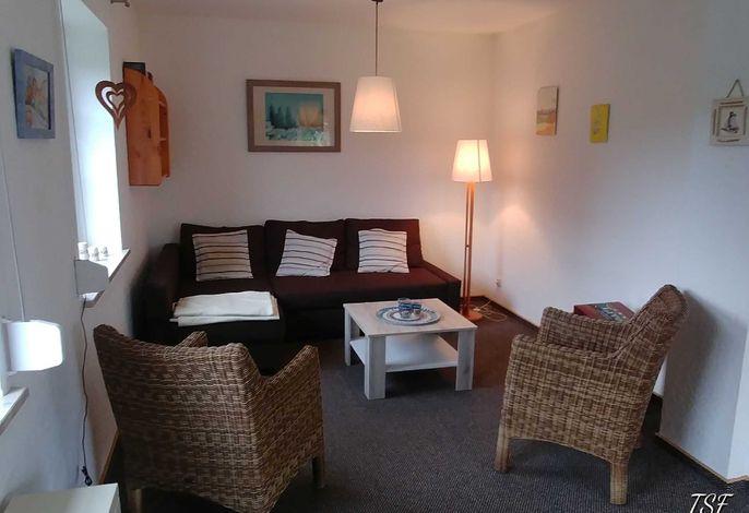 Wohnzimmer mit Küchenzeile und Essbereich