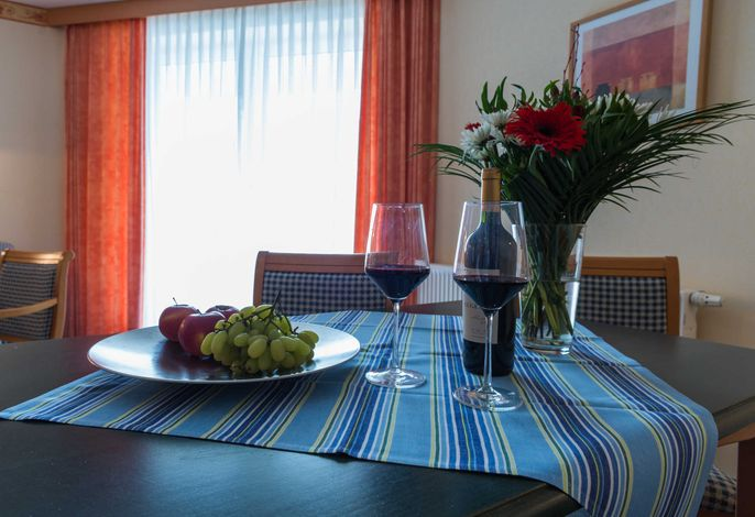 Der Esstisch in der 2-Raum FeWo vom Typ PA, im Ferienhaus Am Maiglöckchenberg 3