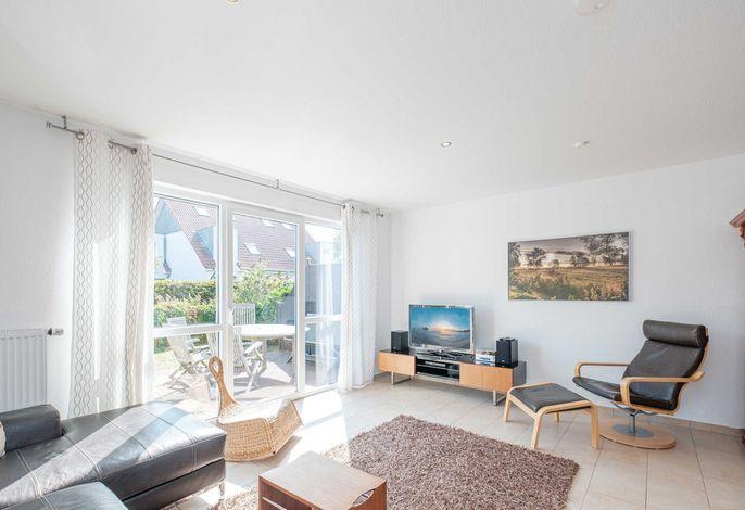 Lichtdurchfluteter Wohnraum mit Flatscreen-TV