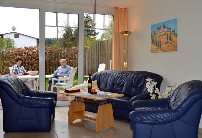 Wohnraum mit Terrassentür und freiem Ausblick