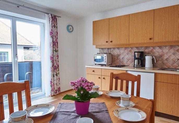 Wohnküche mit Zugang auf Balkon