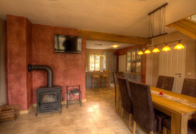 EG Wohnzimmer mit Esstisch, Ofen und TV
