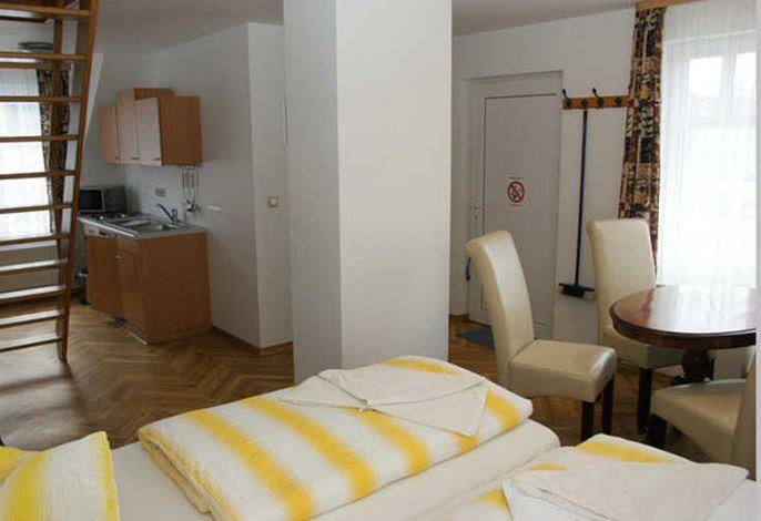 Ferienwohnung mit Küchenecke und Aufbettungsmöglichkeit;  Sitzecke; Bad, Dusche und WC