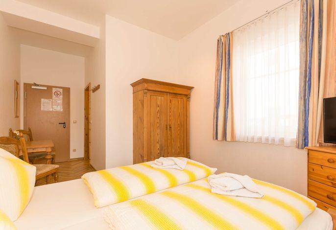 Doppelzimmer mit kleiner Sitzecke; Bad, Dusche und WC