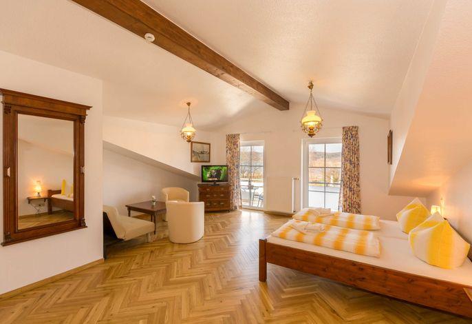 Doppelzimmer mit Aufbettungsmöglichkeit;  Sitzecke; Bad, Dusche und WC