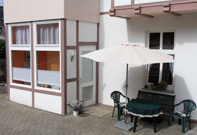 Außenansicht Sitzecke und Eingang Großer Fuchsbau