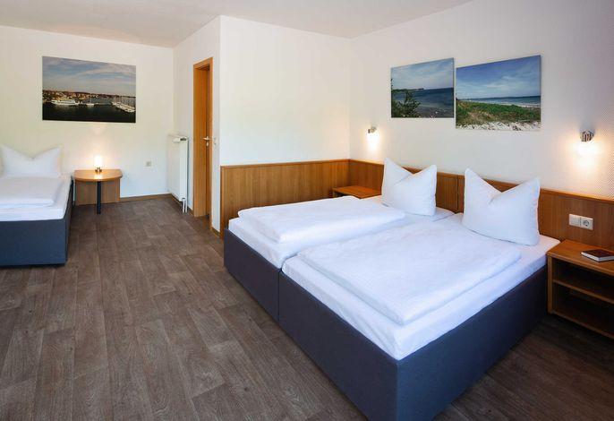 Dreibettzimmer mit drei Betten (90x200), davon zwei zusammenstehend.