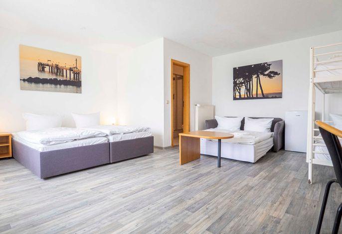 Mehrbettzimmer mit (Schlaf-) Coach und Etagenbett