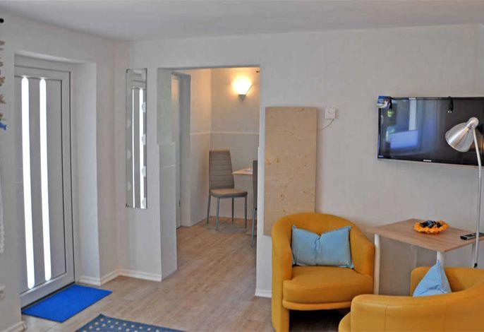 kleine Sitzecke im kombinierten Wohn- und Schlafzimmer