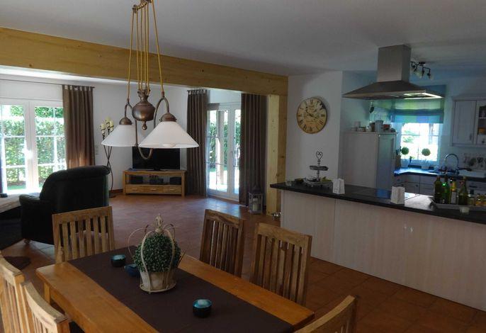 Wohn-Essbereich und offene Küche