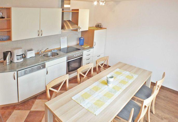 großer Esstisch mit Küchenzeile
