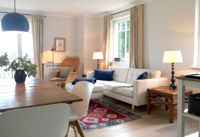 Helles, freundliches Wohnzimmer mit breitem Zugang zum Sonnenbalkon