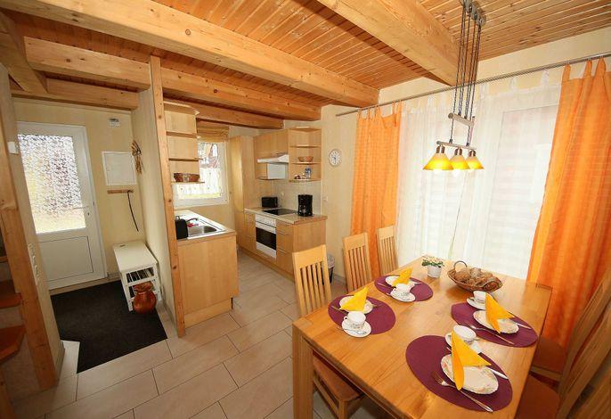 Essbereich mit Küchenzeile und Eingangsbereich