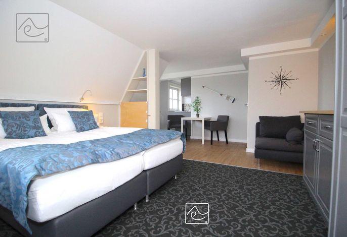 Wohn-/Schlafbereich mit Box-Springbett 160 x 200cm, 80er Flat-TV_
