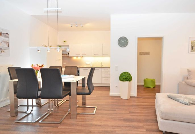 Villa Strandblick im Ostseebad Binz WG 03 Miramare - Wohnzimmer mit angrenzenden Esstisch