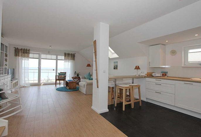 Wohnzimmer mit Küchenzeile und Esstresen