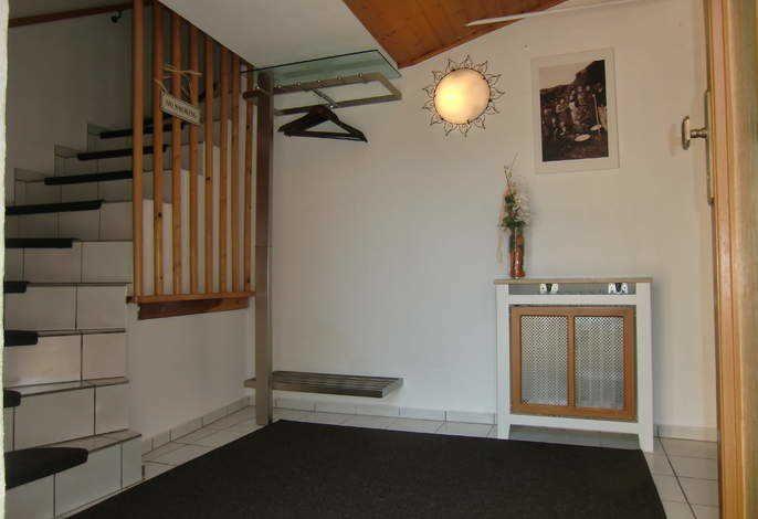 Flur  im Erdgeschoss  4 m²     Beschreibung: Eingangsbereich mit Garderobe.     Merkmale:  Garderobe