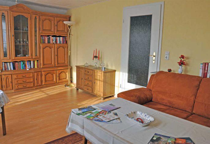 Wohnzimmer mit Polstermöbeln und Flachbild-TV
