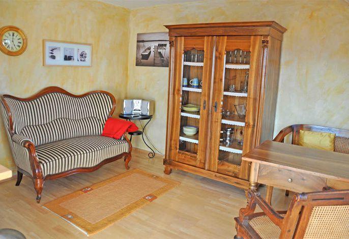 Wohn- und Esszimmer mit Polstermöbeln