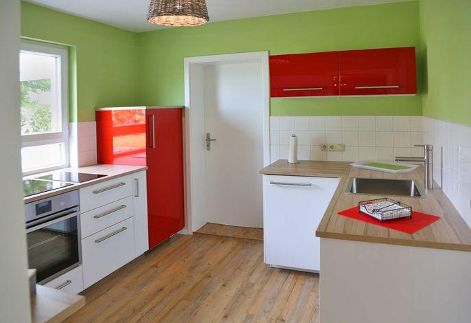 Fröhliche Küche mit komplette Ausstattung