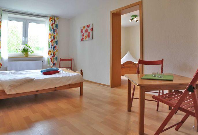 Vierbettzimmer mit Doppelbett, 2 Einzelbetten und Verbindungstür, Dusche/WC
