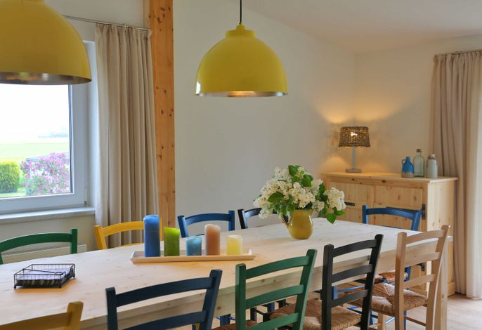 Eßzimmer mit Blick auf Wasser und Felder