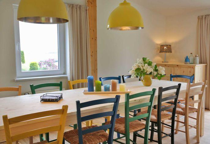 Ein großer Esstisch mit Blick ins Grüne (OG)