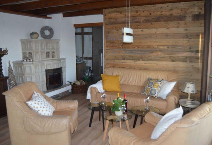 Wohnzimmer mit Kachelkamin