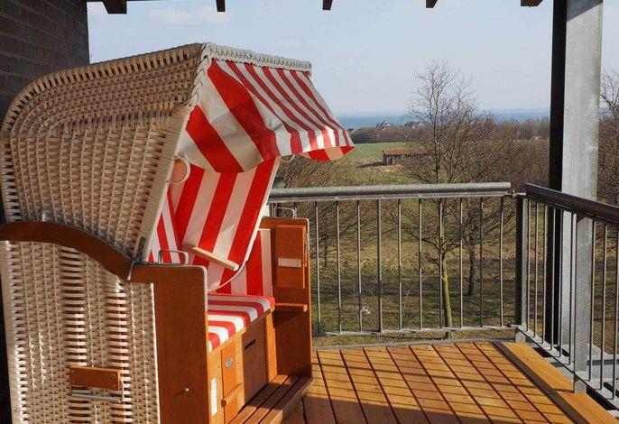 Terrasse mit Strandkorb und Seeblick