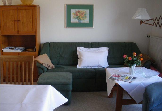 Wohnung 1 Wohnraum Sitzecke mit Terrasse nach Südwest Sitzgruppe im Wohnraum mit integrierter Küche