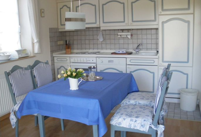 Küchenzeile mit Esstisch und 4 Stühlen