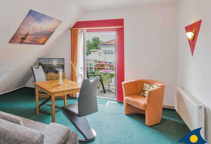 Wohnzimmer mit Essbereich und Zugang zum Balkon